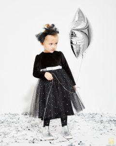 dziewczynka w czarnym stroju
